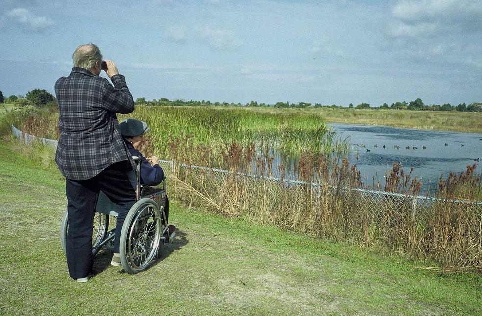 De acordo com estudo, os homens também vêm assumindo o papel de cuidadores quando suas esposas adoecem — Foto:  https://commons.wikimedia.org/wiki/Category:Old_couples#/media/File:Old_couple_on_coastline.jpg