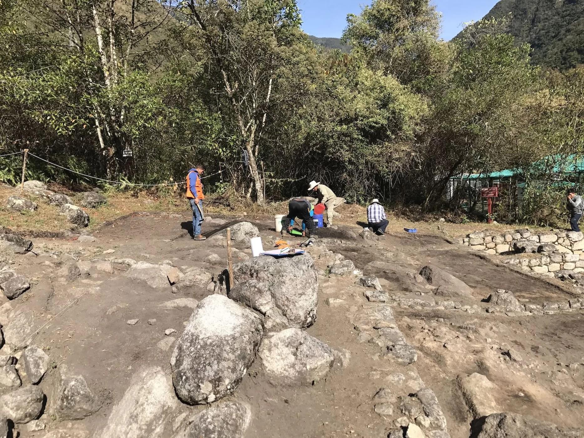 Pesquisadores escavando o complexo inca de Chachabamba (Foto: Dominika Sieczkowska)