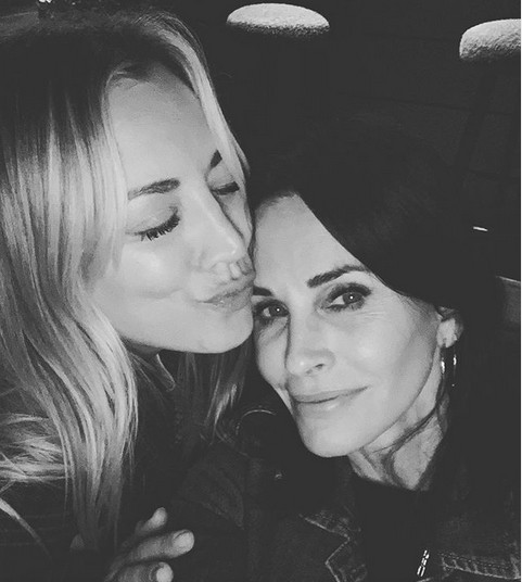 As atrizes Kaley Cuoco e Courteney Cox (Foto: Instagram)