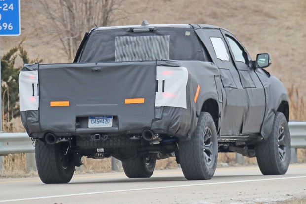 Traseira deixa ver o eixo rígido na suspensão traseira, mas a dianteira é independente  (Foto: AutoMedia/Autoesporte)