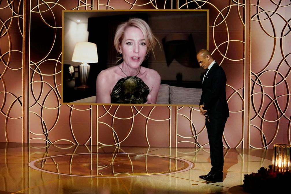 Gillian Anderson recebe Globo de Ouro de atriz coadjuvante em série por 'The Crown' — Foto: NBC via Reuters