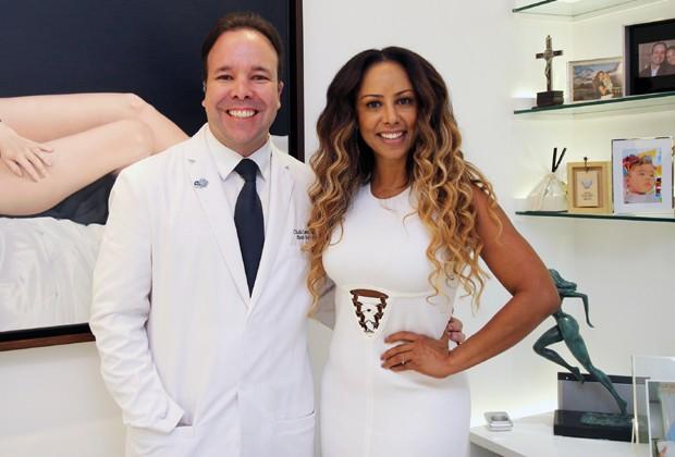 O cirurgião plástico Claudio Lemos e Valéria Valenssa (Foto: AF Assessoria/ Divulgação)