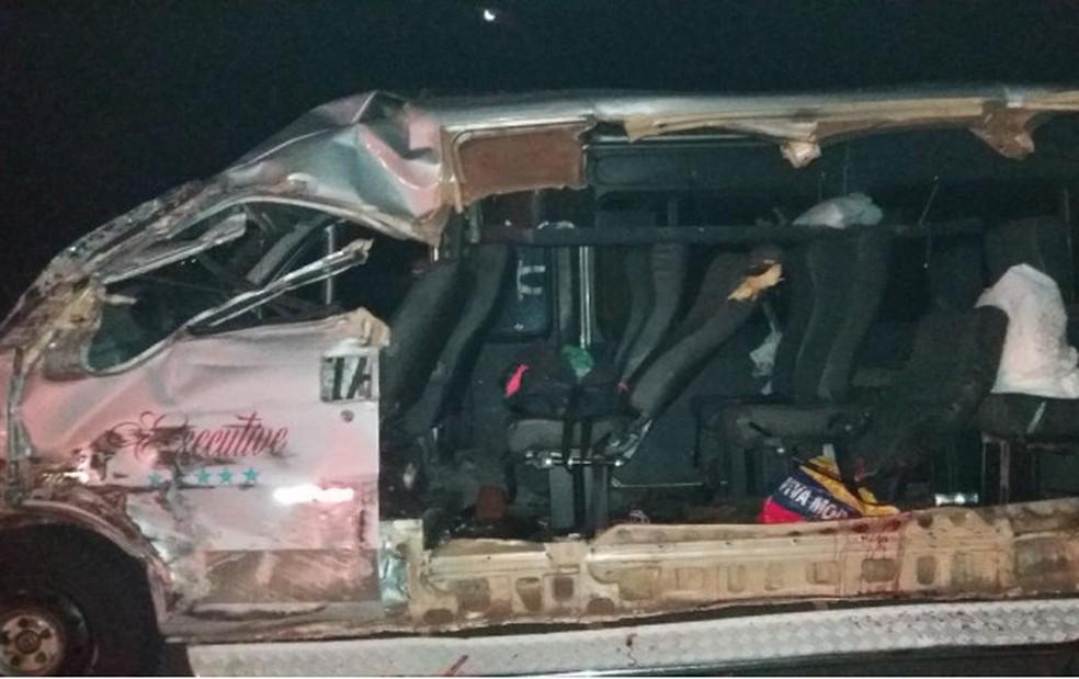 Lateral da van foi arrancada durante o acidente — Foto: Polícia Militar Rodoviária/Divulgação