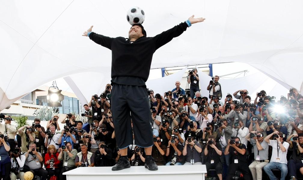 Diego Maradona equilibra uma bola na cabeça durante sessão fotográfica para 'Maradona por Kusturica', do diretor sérvio Emir Kusturica, no 61º Festival de Cinema de Cannes, em maio de 2008 — Foto: Eric Gaill/Reuters