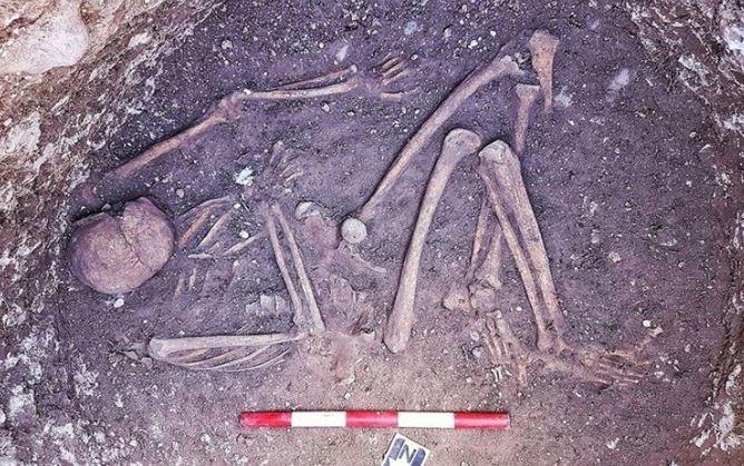 Esqueleto da Idade do Ferro na Inglaterra. (Foto: Divulgação / Dan Thompson)