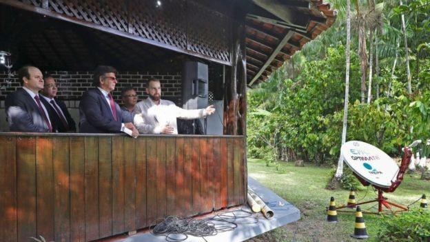 O presidente do TSE, Luiz Fux (de óculos de sol) em estrutura montada pelo TRE do Pará para transmitir votos em uma ilha na região amazônica (Foto: TSE via BBC)