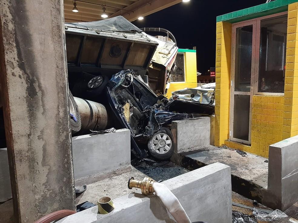 Engavetamento mata duas pessoas na Rodovia Anhanguera em São Simão, SP  — Foto:  André Ramachotte