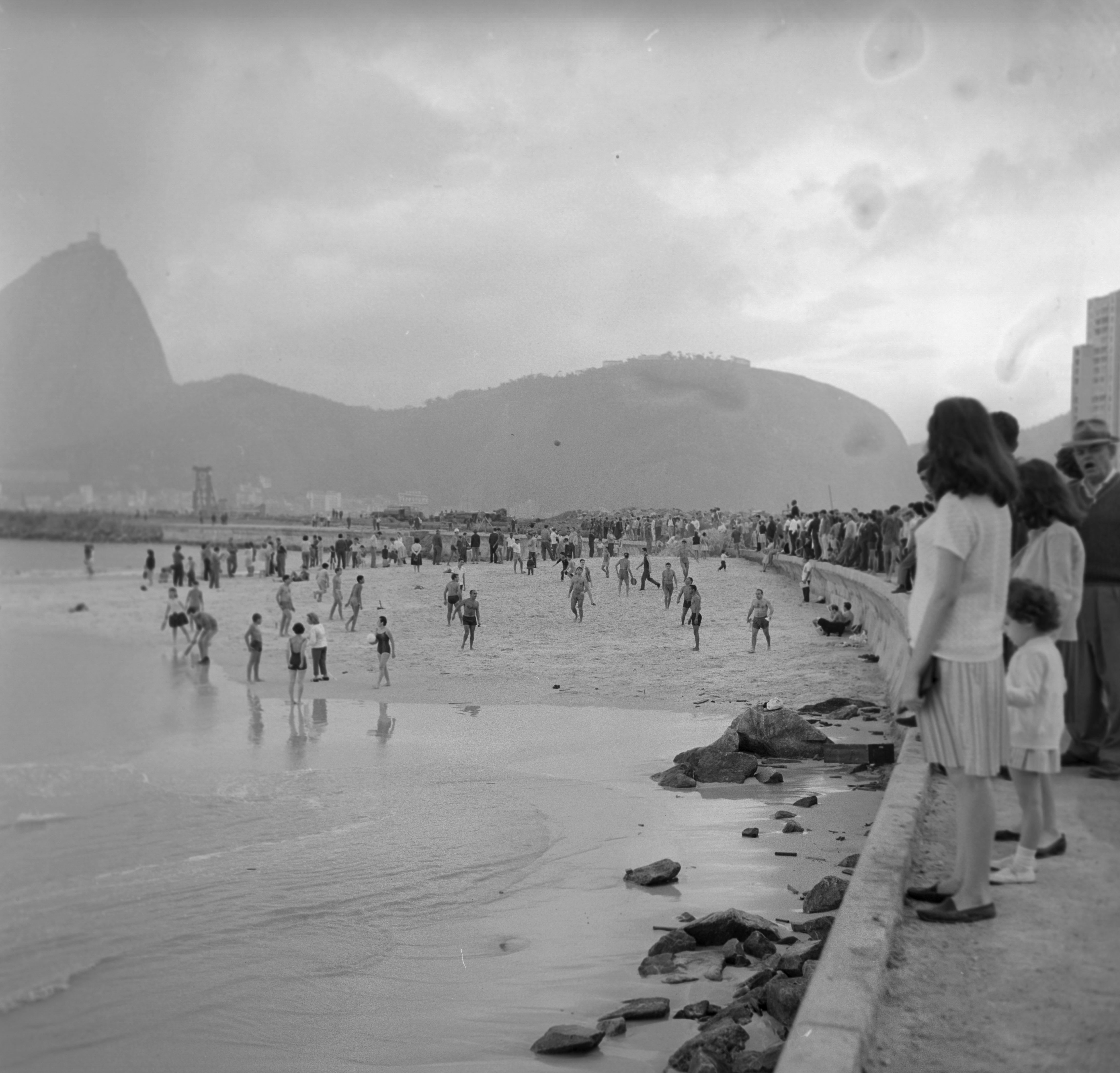 Mesmo com tempo fechado, banhistas aproveitam Praia do Flamengo no inverno de 1964