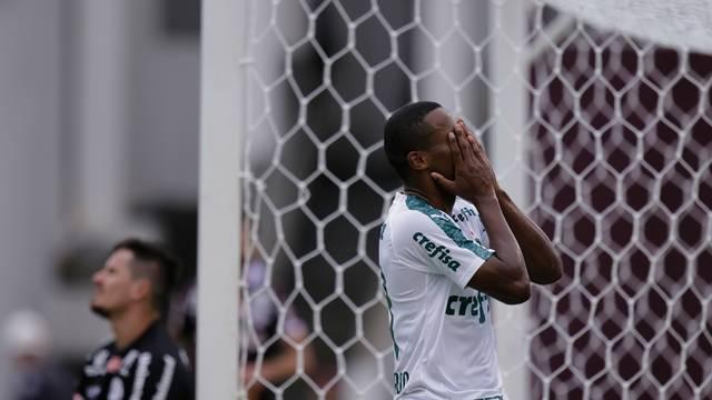 Carlos Eduardo lamenta gol perdido no primeiro tempo