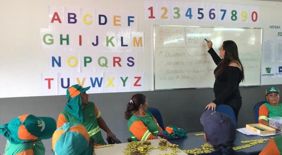 Projeto de alfabetização leva garis para a sala de aula no DF — Foto: Maria Ferreira/G1