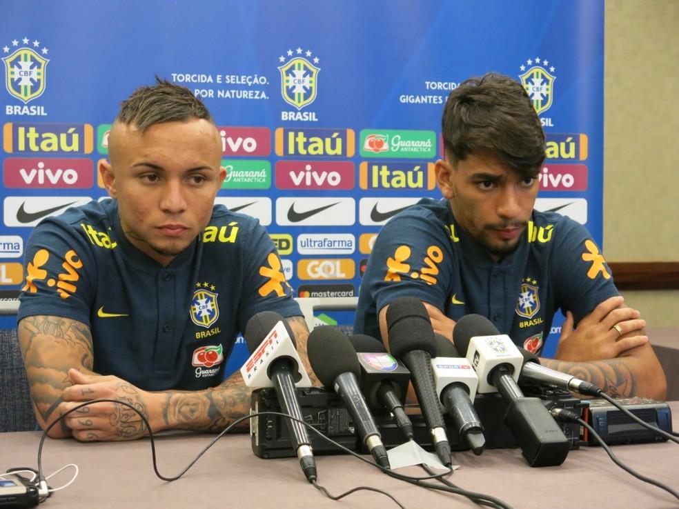 Everton e Lucas Paquetá em coletiva da seleção brasileira (Foto: Edgard Maciel de Sá)