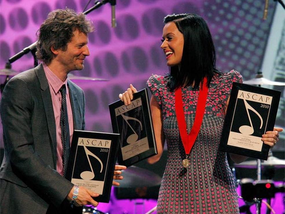 -  O produtor Lukasz Gottwald, que assina como Dr Luke, ao lado de Katy Perry  Foto: Reuters