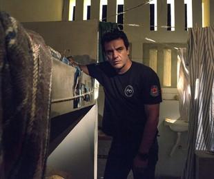 Rodrigo Lombardi em cena de 'Carcereiros' | Rede Globo / Marcelo Tabach