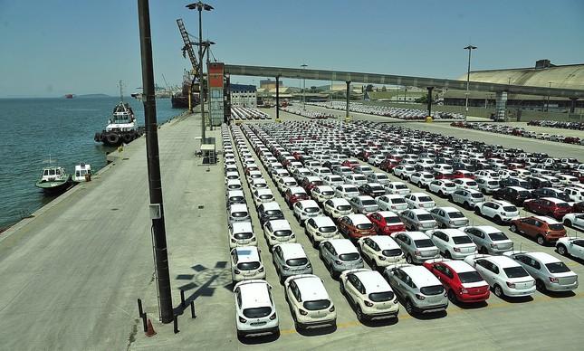 Pátio com veículos no Porto de Paranaguá