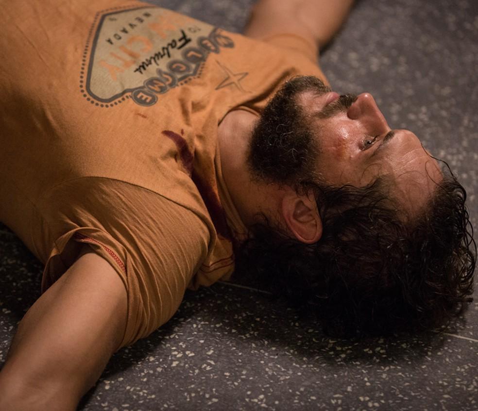 Dino (Paulo Rocha) acaba ferido em 'Totalmente Demais' — Foto: Fabiano Battaglin/Gshow