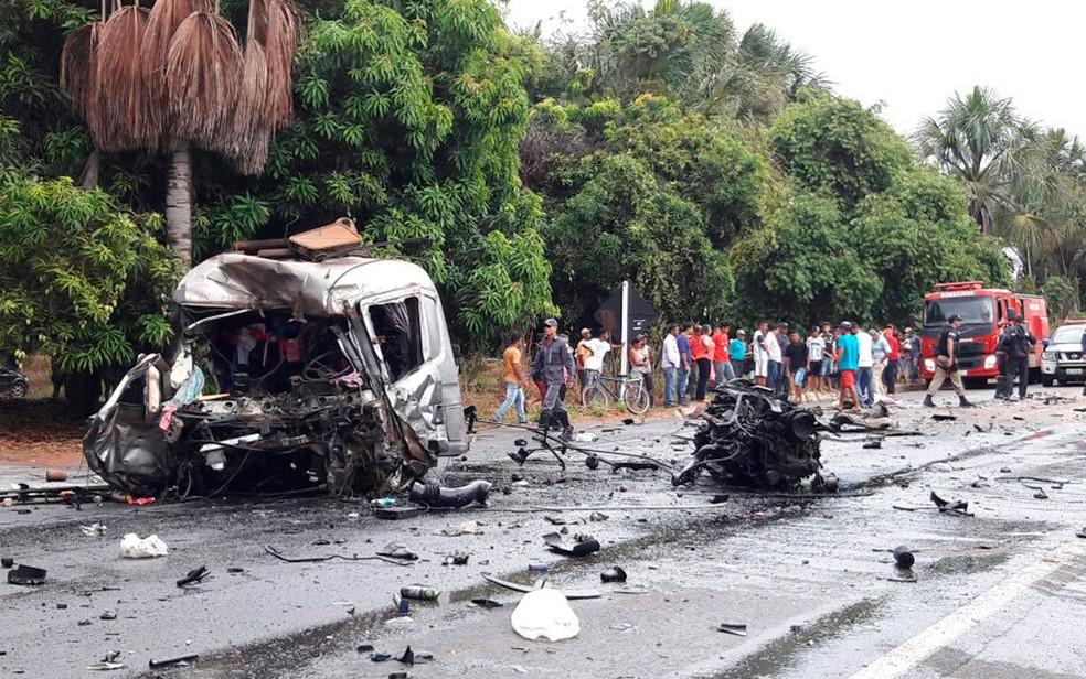 Cabine de uma das carretas foi arranacada com o impacto da batida na Bahia (Foto: Ivonaldo Paiva/Blogbraga)