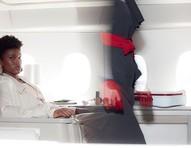 Para uma viagem confortável, é melhor restringir os carboidratos das refeições pré-voo, segundo Christa Vigeet, pilota da KLM, que cedeu o avião para este ensaio