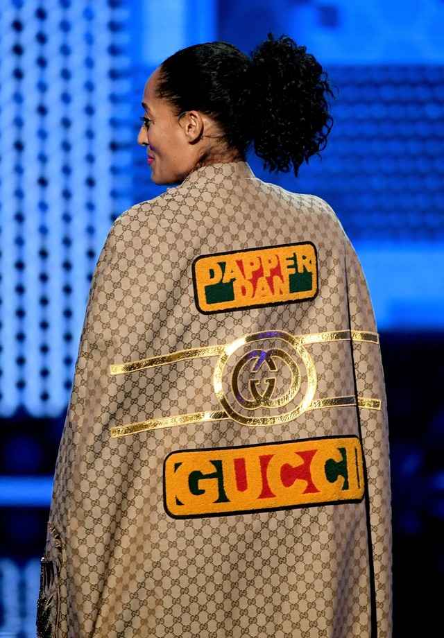 Tracee Ellis Ross veste Gucci x Dapper Dan no AMA Awards (Foto: Getty Images)