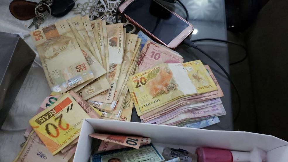 Pelo menos R$ 1,2 mil foram apreendidos durante o cumprimento dos mandados (Foto: Divulgação/PF)