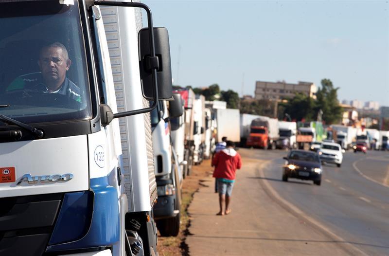 Greve de caminhoneiros em protesto ao aumento do diesel (Foto:  EFE/Joédson Alves)