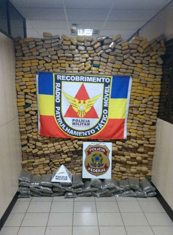 Entorpecentes foram apreendidos na noite de domingo (13) (Foto: Polícia Militar/Divulgação)