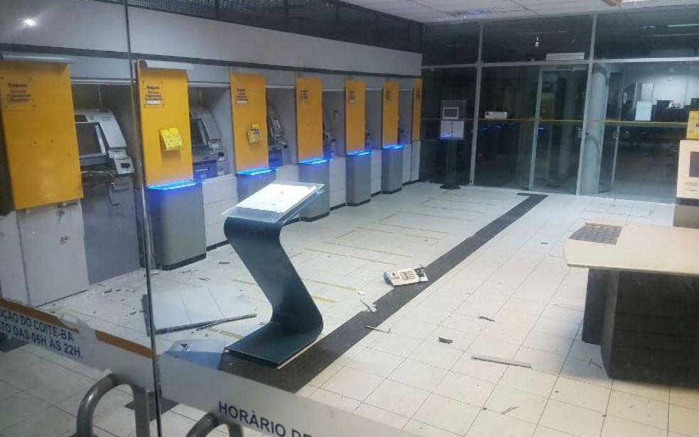 Banco foi invadido pelos criminosos durante a madrugada (Foto: Divulgação/Polícia Militar)