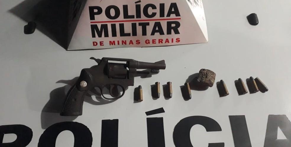 Arma e droga foram apreendidas escondidos em uma casa — Foto: Polícia Militar/Divulgação