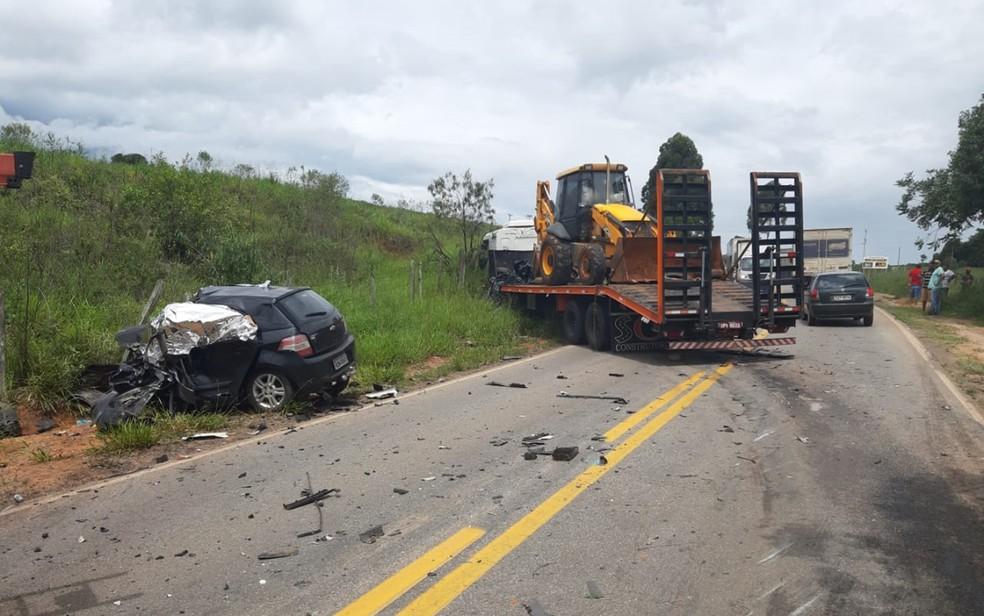 Motorista bate em carreta e morre na MG-290, em Pouso Alegre, MG — Foto: Polícia Militar Rodoviária