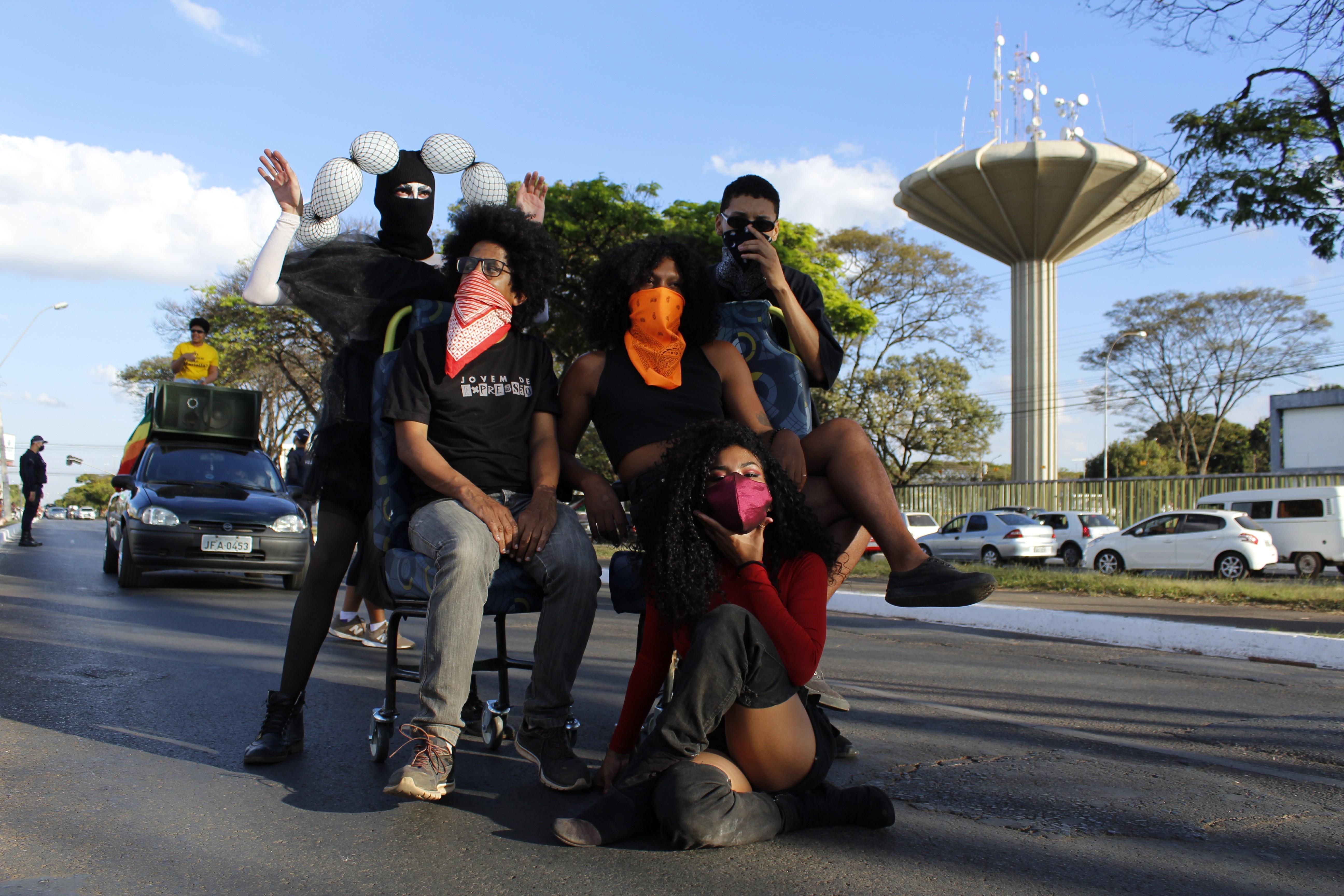 Artistas de Ceilândia, no DF, fazem ato em defesa das pessoas de baixa renda diante da pandemia