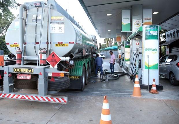 Caminhão-tanque abastece posto de combustível em Brasília - diesel - gasolina (Foto: Marcello Casal jr/Agência Brasil)