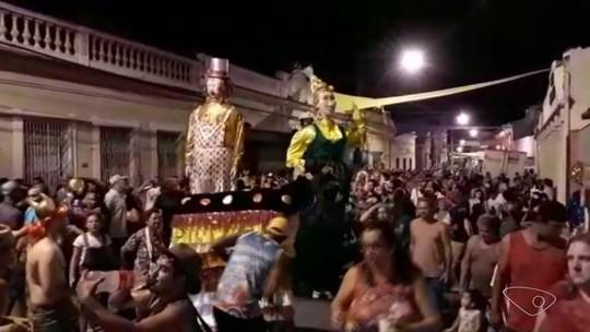 Bonecos gigantes dão vida ao carnaval em Santa Leopoldina, ES