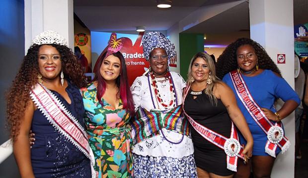 Preta Gil posa com Baiana, Rainha e Princesas Plus Size no Camarote Expresso 2222 (Foto: Icaro Cerqueira/ Ed. Globo)