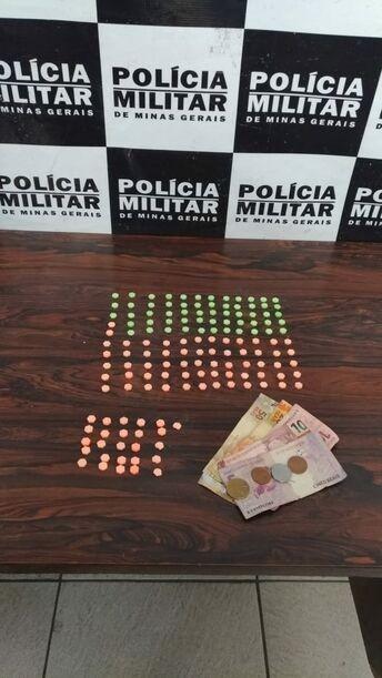 Jovem de Nova Serrana é detido pela PM com ecstasy e dinheiro em Divinópolis