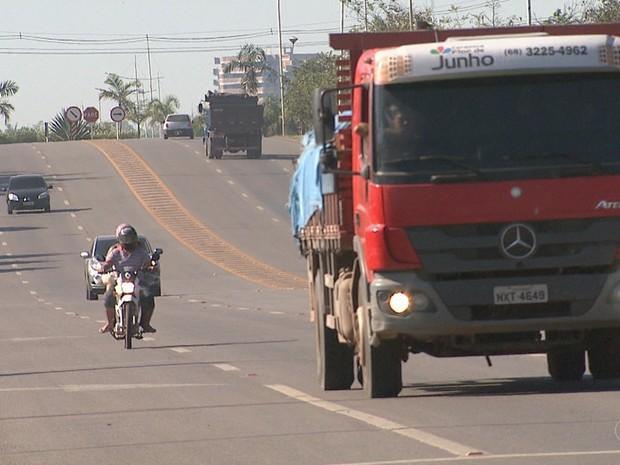 Entra em vigor lei que determina uso de farol baixo durante o dia em rodovias (Foto: Reprodução/Rede Amazônica Acre)