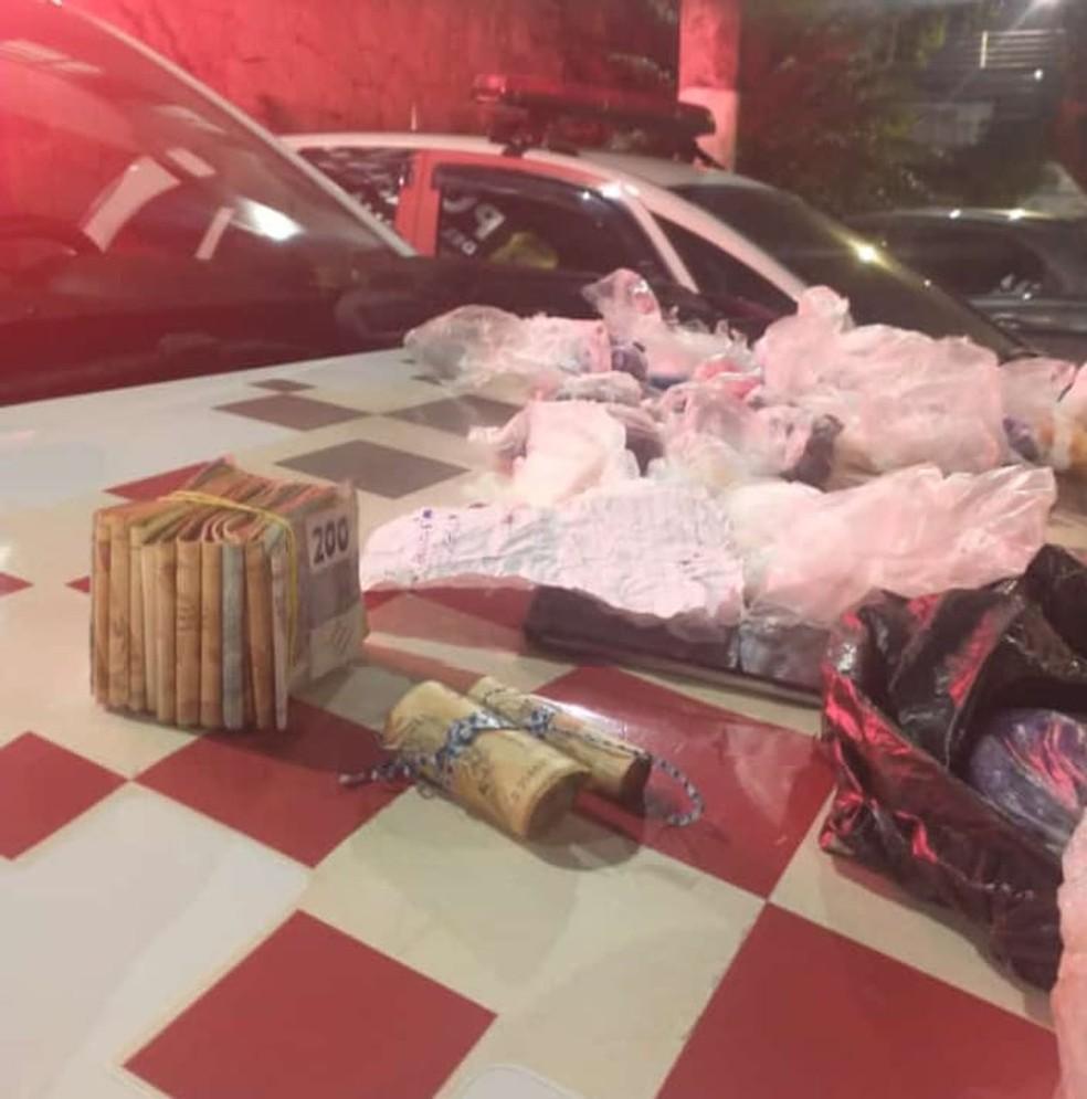 Com ajuda de cão policial, PM de Arujá apreende mais de R$ 3 mil e drogas em operação contra o tráfico — Foto: Polícia Militar/Divulgação