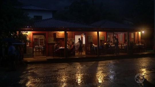 Vila de Trindade, em Paraty, fica mais de 15 horas sem luz após acidente