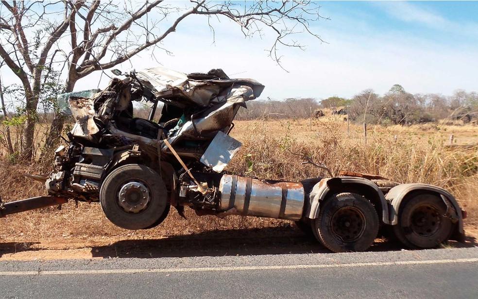 Caminhão que tombou no oeste da Bahia (Foto: Blog do Braga)