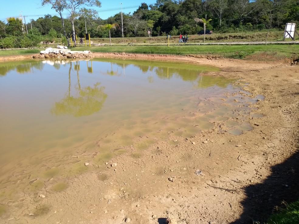 Problema já foi resolvido e lagoa deve voltar ao normal nos próximos dias, segundo prefeitura — Foto: Eliete Marques/G1