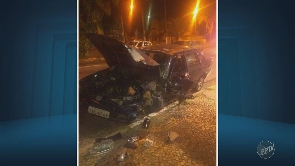 Carro se choca contra poste e motorista escapa em Campinas