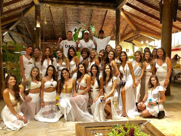Arthur, Neymar e Medina com o time de 26 mulheres (Foto: Reprodução)