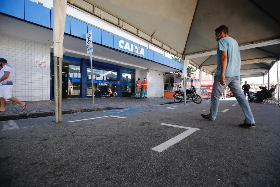 Agência da Caixa em Fortaleza; segunda parcela do auxílio começará a ser paga nesta segunda-feira (18) — Foto: Thiago Gadelha/SVM