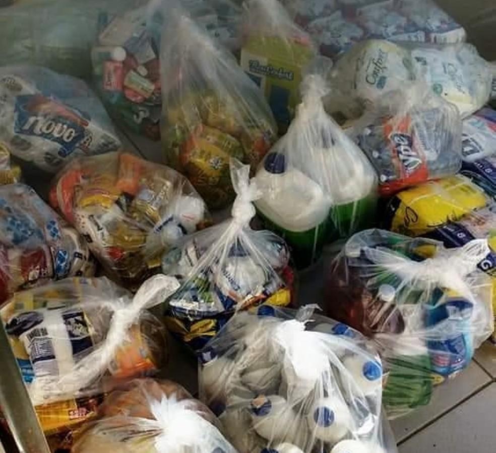 Donativos são transformados em cestas básicas para doação no Projeto Emanuel — Foto: Andreia Santos/Arquivo Pessoal