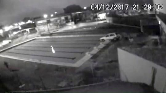 Vídeo mostra vândalos jogando carro de prefeitura dentro de piscina no Paraná