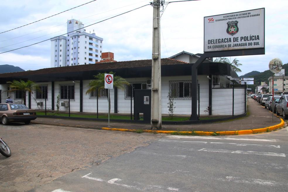 Resultado de imagem para Grupo De Alunos Dá Água Da Privada E Comprimidos Para Professora Beber Em Santa Catarina