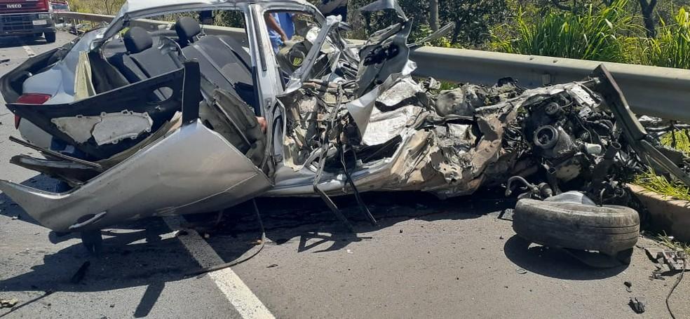 Carro ficou completamente destruído  — Foto: Corpo de Bombeiros/ Divulgação