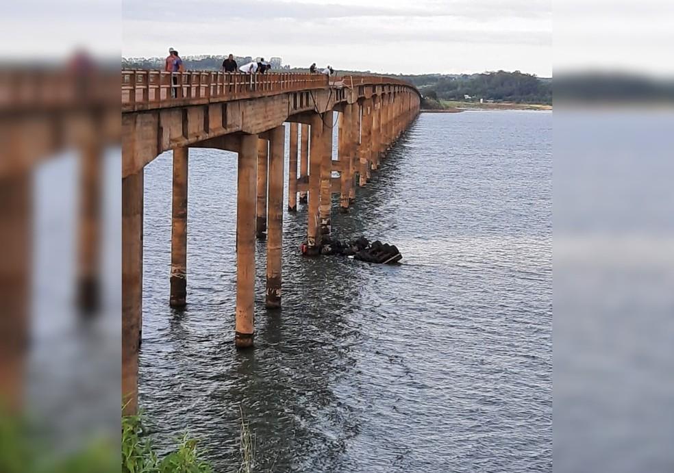 Carreta caiu de ponte em Fartura — Foto: Arquivo Pessoal