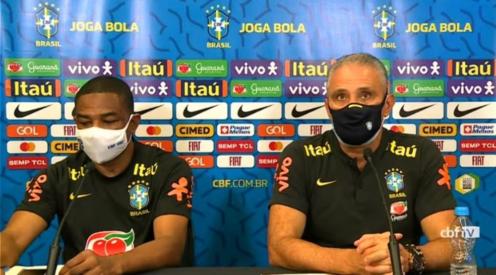 César Sampaio e Tite, da seleção brasileira, em entrevista coletiva — Foto: Reprodução / CBF TV
