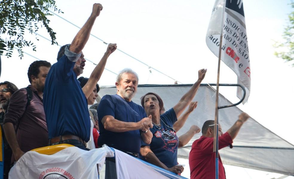 O ex-presidente Lula, em 7 de abril, durante ato em São Bernardo do Campo (SP), horas antes de se entregar à Polícia Federal (Foto: Rovena Rosa / Agência Brasil)