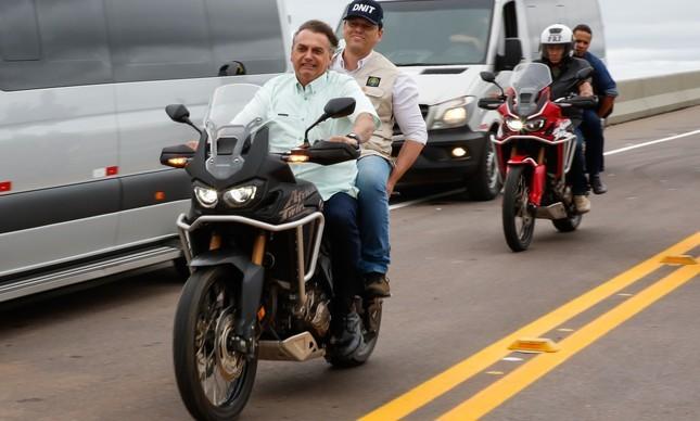 O presidente Jair Bolsonaro dando carona ao ministro de Infraestrutura, Tarcísio de Freitas, em Rondônia.