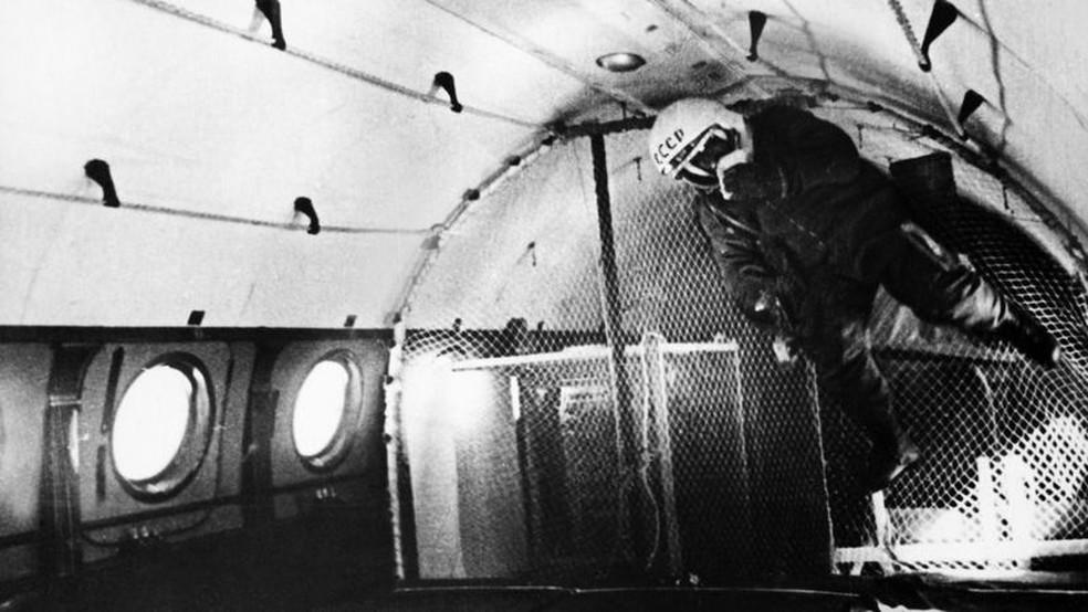Cosmonautas russos tiveram que passar por muitos testes semelhantes aos dos astronautas da Nasa, como o treinamento de gravidade zero — Foto: Getty Images/BBC
